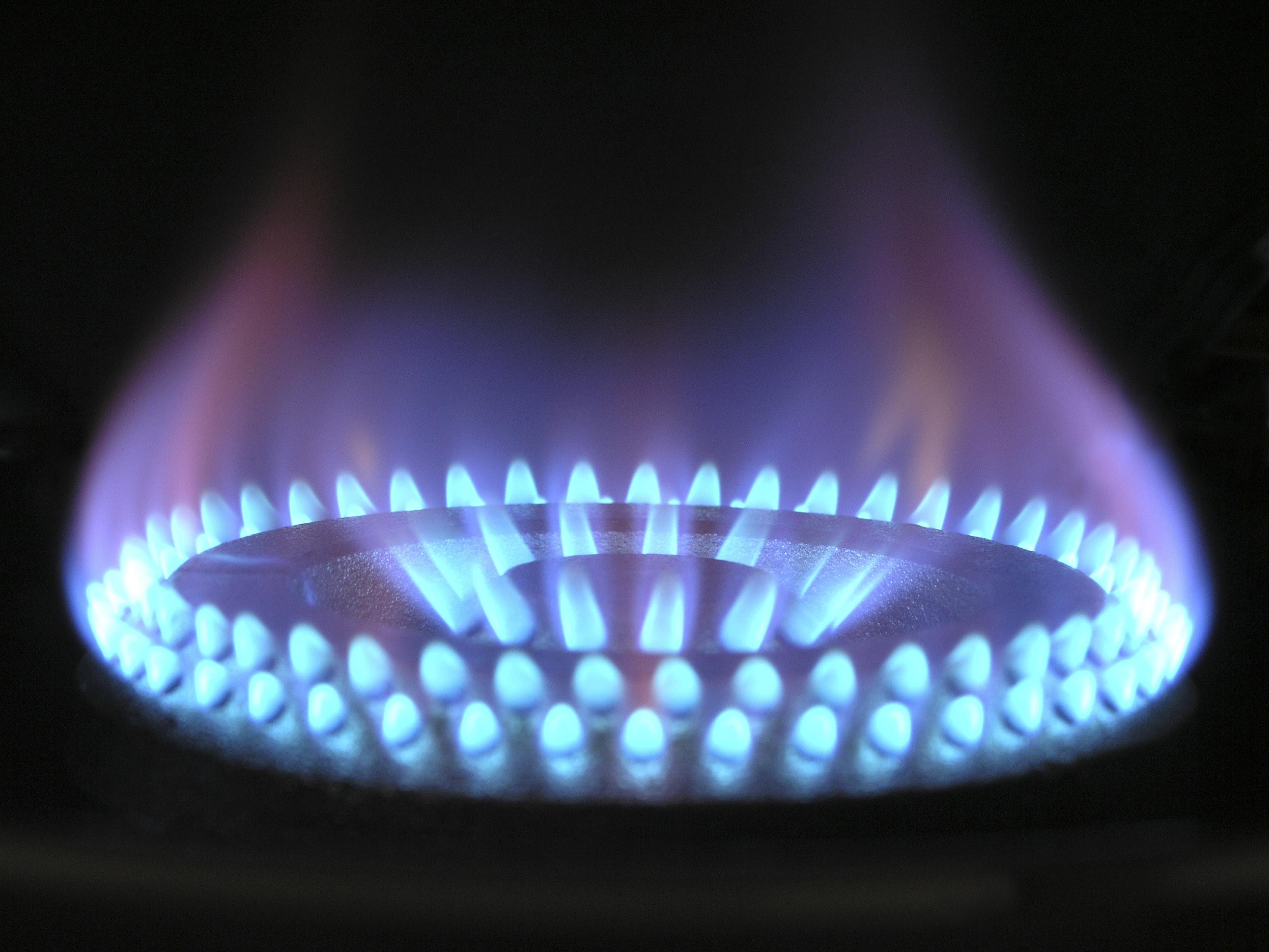Włączony palnik na kuchence gazowej